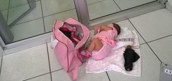 Bebê teve que ser colocado no chão para que a mãe procurasse o objeto que travava a porta