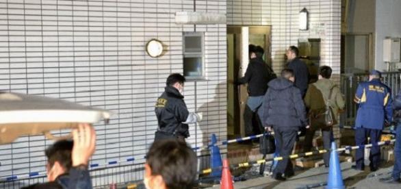 Las autoridades accediendo al apartamento del presunto secuestrador