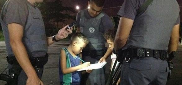 PMs auxiliam menino a fazer o dever de casa