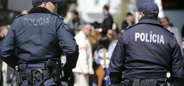 Um polícia está sempre na linha da frente