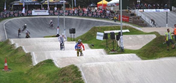 Com uma pista cheia de obstáculos, saltos e curvas de nível, leva a melhor o ciclista que conseguir cruzar a linha de chegada primeiro.