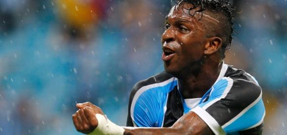 Em sua arena, Grêmio goleia LDU por 4x0