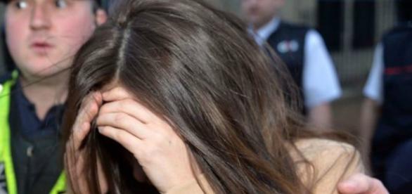 Ex-namorada Stacey Flounders na saída do tribunal