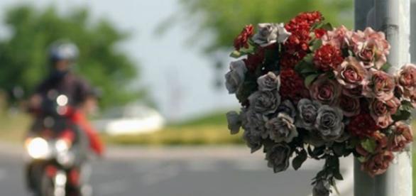 Fotografia di un mazzo di fiori su di un palo