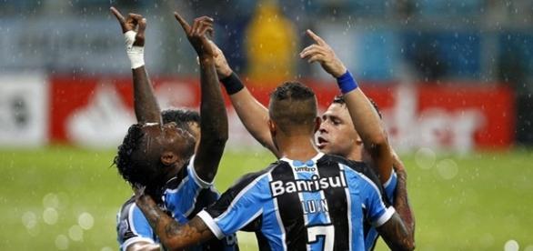 Jogadores do Grêmio comemoram a vitória