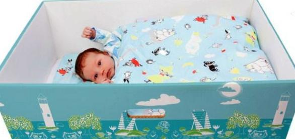 Caixa muitas vezes serve de berço ao recém-nascido