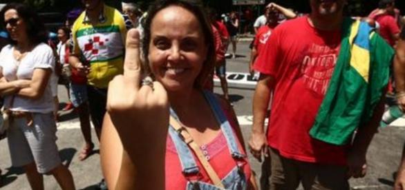 Filha de Lula levanta o dedo do meio