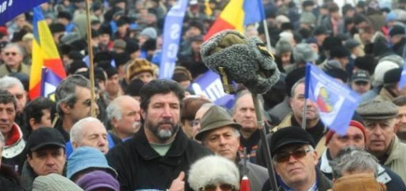 Mii de protestatari au ieșit în Piața Victoriei