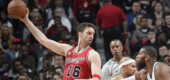 Pau Gasol em ação pelo Bulls contra os Bucks.