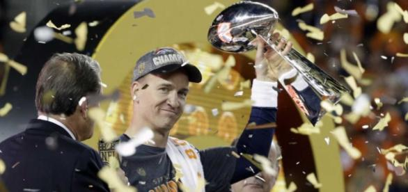 Peyton Manning levanta su último trofeo de SB