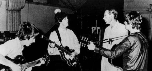 George Martin e os Beatles em estúdio.