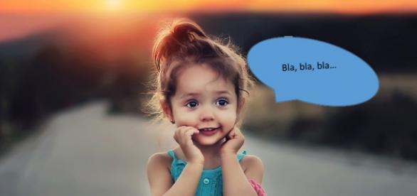 Niña pequeña aprendiendo a hablar