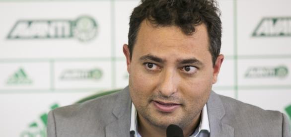 Alexandre Mattos, executivo de futebol do Palmeiras, trabalha para ter reforços