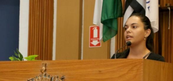 Elaine durante discurso na Câmara de SBC
