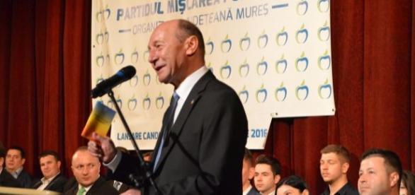 Băsescu și Constituția de la piept