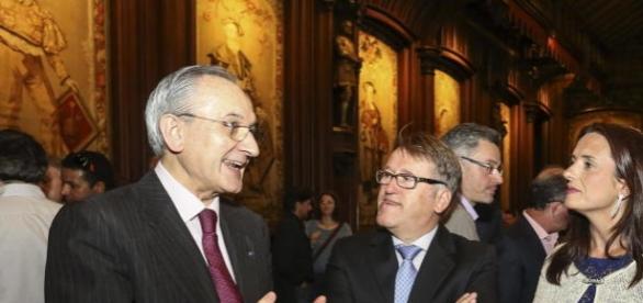 El embajador destituido a la izquierda de la imagen
