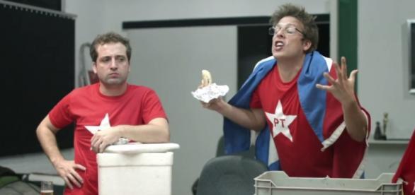Integrantes do grupo aparecem vestindo camisas do PT em um vídeo irônico.