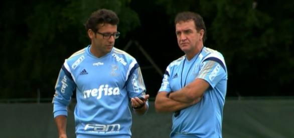Técnico Cuca conversa com Alberto Valentim na Academia de Futebol