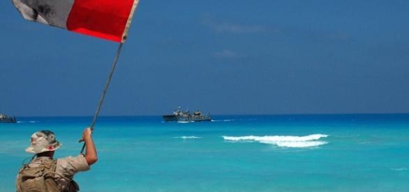 Una militare su una spiaggia in Egitto