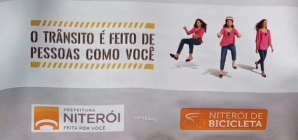 Cartaz colocado pela prefeitura de Niterói em evento no Campo de São Bento (Foto: Rodolfo Fortes)