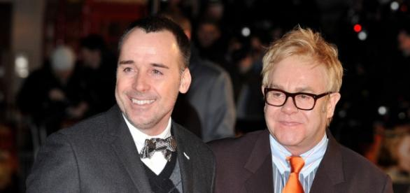 David Furnish(à esquerda) e Elton John(à direita)