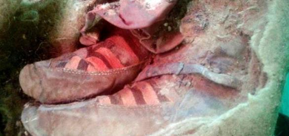 Tênis moderno em múmia de 1500 anos