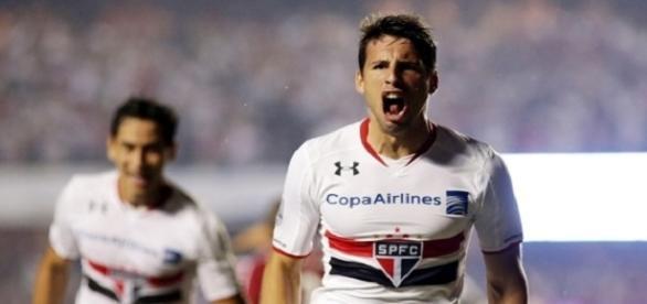 Calleri comemorando seu gol na vitória do São Paulo sobe o River Plate
