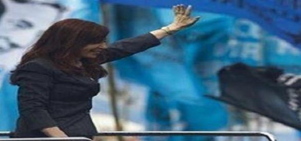 CFK saludando a su militancia.