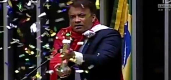 Deputado dos confetes foi o que mais faltou sessões em 2015
