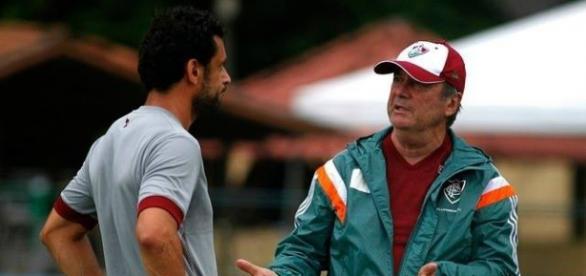 Levir Culpi (à esquerda) conversando com Fred em atividade nas Laranjeiras (Foto: Nelson Perez - FFC)