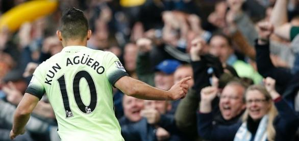 Agüero fez os três gols do City na vitória contra o Chelsea.
