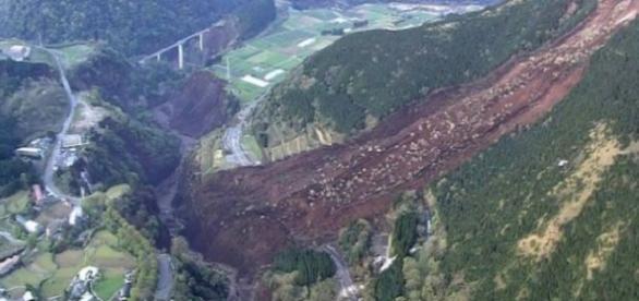 El terremoto provocó un deslizamiento de tierras en la región