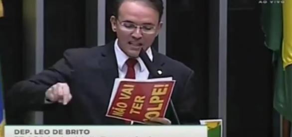 Deputado comete ato falho durante discurso