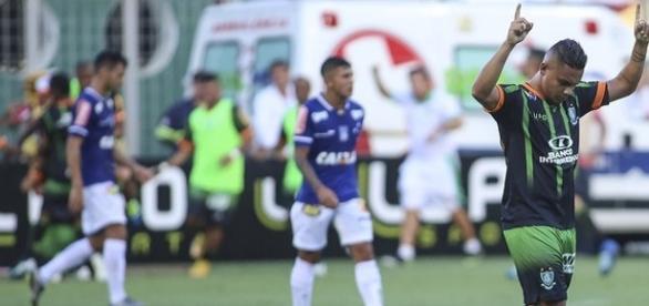 Jogador do América-MG comemorando a vitória em cima do Cruzeiro