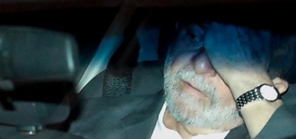 Lula é flagrado abatido em carro ao sair de hotel