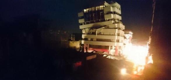 Miles de casas colapsadas y una cantidad de fallecidos que seguirá aumentando en las próximas horas Fuente: http://ecuadorconsultas.com/
