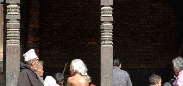 Personas a la espera en monumento de Nepal