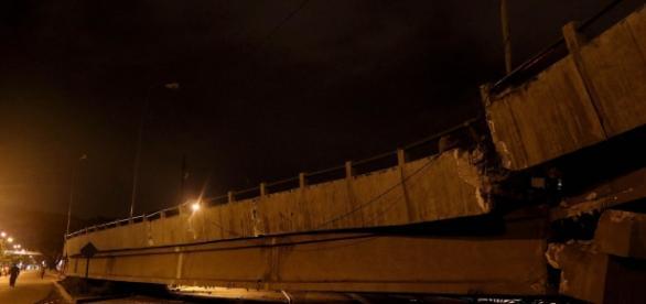 Puente caído en Guayaquil por el terremoto