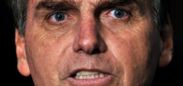 Apoiador da ditadura, Bolsonaro dedica seu voto a coronel torturador.