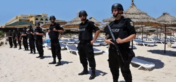 Policias en la playa tras el atentado en Túnez