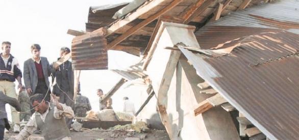 Terremoto en Ecuador, la gente ayuda a recoger escombros