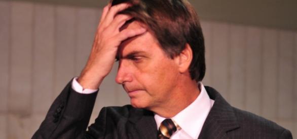 Bolsonaro com mão na cabeça - Imagem da internet
