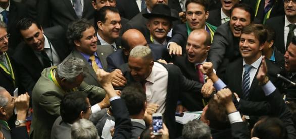 Deputado Tiririca vota pelo 'sim' no impeachment de Dilma