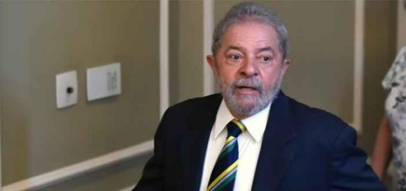 Lula chegando em hotel em Brasília