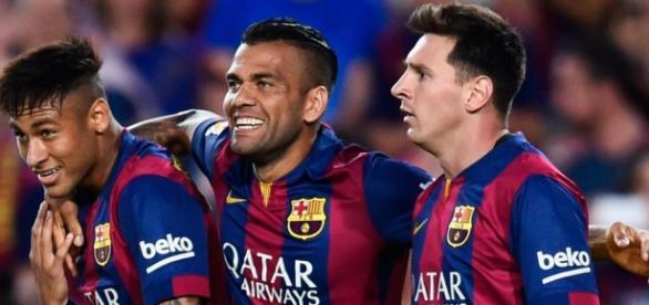 Neymar, Alves y Messi después de marcar un gol