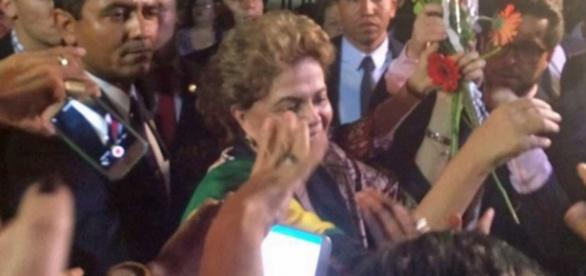 Dilma abraça populares em Brasília