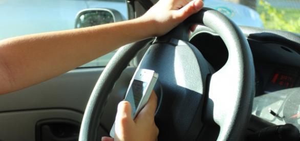 Dirigir falando ou manuseando celular: 7 pontos na carteira