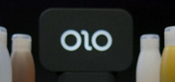 Impressora 3D OLO para celular e abaixo um tipo de bola com furos feito com ela. (Imagem: Tec Mundo)