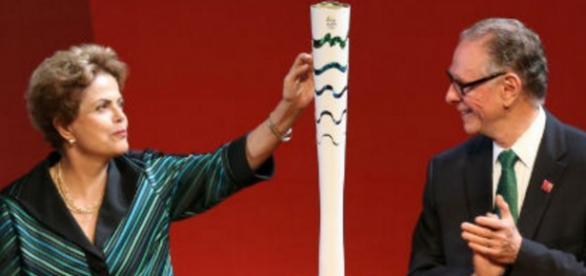 Dilma Rousseff e a tocha olímpica - Imagem da internet