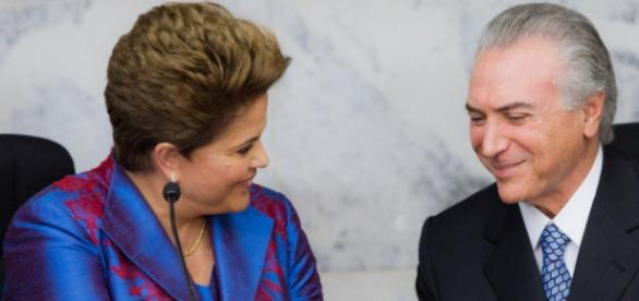 Dilma Rousseff e Michel Temer se cumprimentando em encontro